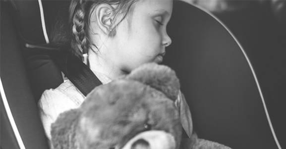 Cartilha instrui os pais sobre como transportar corretamente as crianças em veículos.